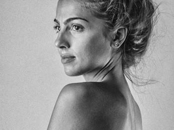 retrato blanco y negro de una chica con moño